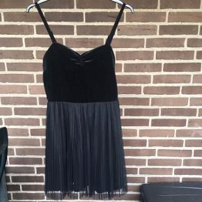 Fint sort kjole fra hm str 38. Brugt to gange