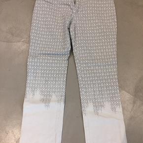 Aldrig brugt hvide jeans  Str 38 pris 200 Jeans fra Roberto cavalli str 30 Ny pris for dem 2200 Sælges for 600, aldrig brugt