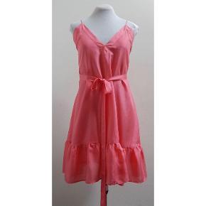 Retro Vintage Smuk koral farvede kjole af 2 fine lag silke. Det er muligt at anvende den på to måder. For og bag kan bruges som man føler for, Se billeder. Det er en one size. passer størrelser 36-40. Det er et rigtigt godt design med mange anvendelses muligheder. Stropperne kan reguleres så kjolen tilpasses.  Bryst 110 cm. Talje 122 cm. Hofte 138 cm. Længde 93 cm.