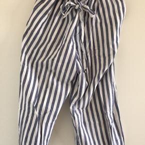 Stribede højtaljede bukser med bindebånd i løst stof