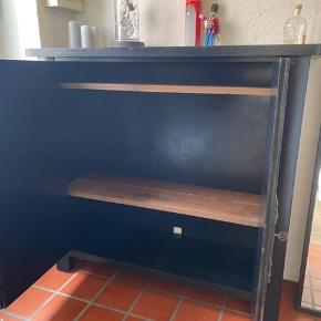 Dejligt skænk fra Norge god kvalitet tungt med Ege hylder kan bruges som TV skab eller tøjskab