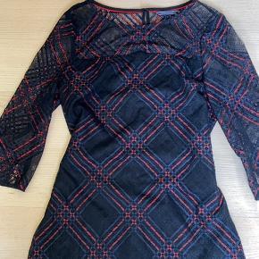 Tommy Hilfiger kjole i virkelig lækker kvalitet med  et blondeagtigt stof. Skriv for flere billeder