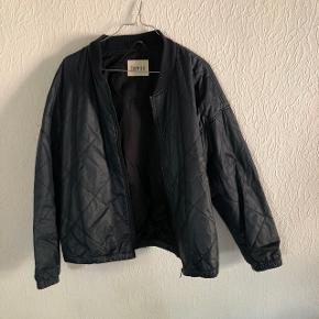 Sælger denne bomber-jakke fra Envii, da den ikke benyttes længere. Str. M. Sendes på købers regning. Søgeord: Envii, Weekday, Monki, Mads Nørgaard