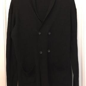Bruun & Stengade, mørkegrå cardigan str. large. 50% merinould, 50% acryl. Længde 80cm. 150kr Kan hentes Kbh V eller sendes for 40kr DAO