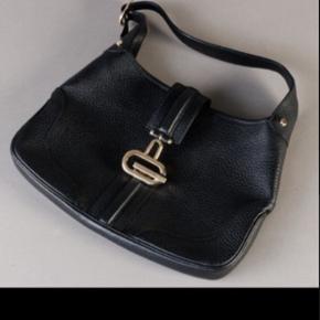 Gucci, sort skuldertaske udført i sort skind med hardware af forgyldt metal.   Indvendigt med et stort rum samt sidelomme med lynlås.   Med regulerbar skulderrem.   Dustbag medfølger.   Mål: 21 x 32 cm.   Ny og uden brugsspor