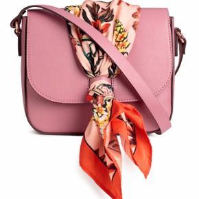 """Fin taske hvor stropperne kan justeres. Prisen er fast - anvend """"køb nu""""🛍  Se mine andre annoncer og spar porto. Har en masse fra bl.a. Zara, Ganni, Munthe, H&M, vintage ting og meget mere"""