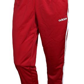 Adidas Essentials 3S Træningsbukser i flot rød farve! Har aldrig været brugt! Købt i forkert str.