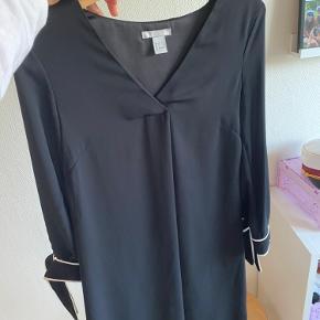 Sælger denne fine kjole fra H&M, det er en str 32, men passer også 34