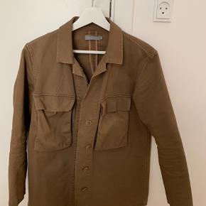 Super fed COS jakke/ skjorte, den mangler bare en knap ellers fejler den intet