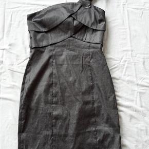 Brand: Temt Varetype: Kjole Farve: Grå Sølv Oprindelig købspris: 400 kr.  Super flot kjole.  Størrelse UK14, svarende ca. til str. 40  Porto er estimeret. Korrekt beløb kommer ved bud.