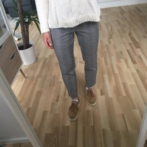 Lækre, ternede bukser fra Zara i str. S/36. De er brugt én gang og er i perfekt stand 🌸