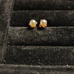 Fine perleøreringe i 8 karat guld, stemplede