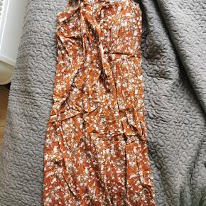 Smuk lang kjole. Kan både bruges med og uden snor i taljen.