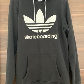 Fed sort hættetrøje fra Adidas.   Mængderabat ved køb af flere stykker tøj.