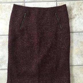 Super lækker nederdel i uldblanding (se billede) - som ny  Livvidde 2x41 cm Længde 59 cm  #RydUdfordringen  Pencil skirt i meleret uldblanding Farve: Bordeaux