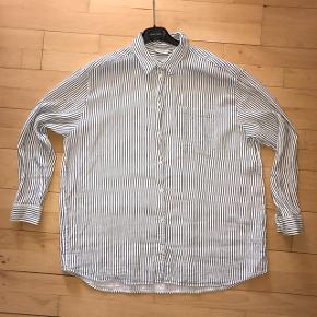 Lækker oversized skjorte i 100% bomuld.   Brugt få gange.