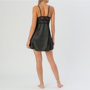 Mærket hedder Olysée.  Den står som XXL, nok nærmere XL.  Den måler 38 cm over brystet og 46 cm, hvis den strækkes ud.