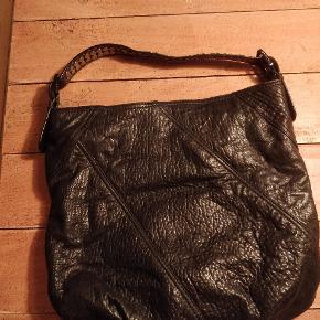 Lækker Michael Kors-taske i det blødeste læder og med fede detaljer. Brugt flittigt, men er yderst velholdt 🖤