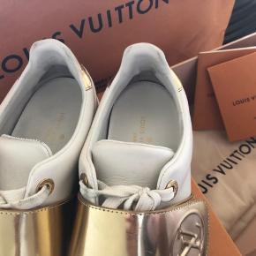 Super fin Louis-Vuitton sko, som kan bruges til det hele. Fejler ingen ting udover de brugt. Stand 8/10 De er købt i København og ALT med følger fra butikken.  Str 36,5 . Den er en lille smule større end normalt. Jeg bruge normal en str. 37