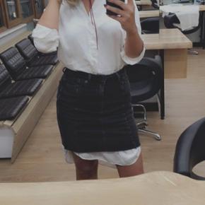 Sort rå denim nederdel fra trend h&m - str 38 np 349 brugt 2 gange derfor stadig som ny