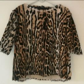 Super Flot skind overdel - Ganske lidt brugt.  Materiale: Ægte gedeskind med Leopard print.  Størrelse: 38/40  Nypris: 8000,- Sælges for 2800,- (+ porto)