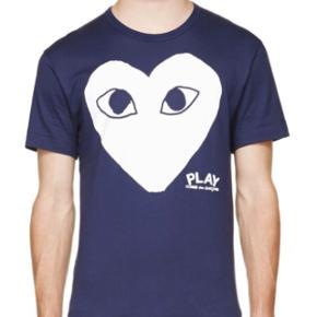 Lækker navy Comme des Garcon PLAY t-shirt i størrelse medium. Kan bruge af både drenge og piger. Købt i London for 650 kr. Byd endelig! Mp: 300
