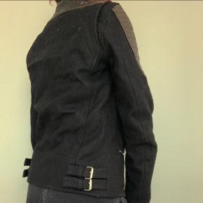 Jeg sælger denne IRO jakke på vegne af min bror som købte den da han var yngre. Jakken er kun blevet brugt et par gange og fremstår derfor som næsten ny.  Størrelsen er en US 0 svarende til XS og er en fransk 32. Jakken retter sig derfor mod yngre drenge/mænd i den størrelse.   Skriv endelig for mere information. :-)