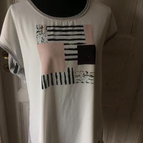 Brystmålet 2 x 62 cm Længde 73 cm Ryggen er i t-shirt stof og med stræk i