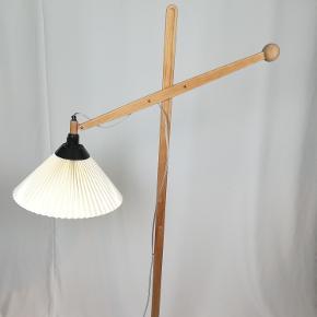 Le klint 325 standerlampe i egetræ. Gammel model. Ikke set tilsalg.