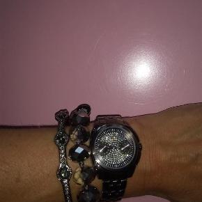 Varetype: Smukt armbånd med facetperler, nyt! Størrelse: os Farve: Grå Oprindelig købspris: 500 kr.  Et smukt armbånd med facetslebne perler og grå snor, der lukkes med en lille sølvamulet. To mulige indstillinger/str. for lukning. Kan fint bæres alene eller styles med flere armbånd eller et ur. Jeg har købt det til det ur som jeg også har til salg fra Dyrberg/Kern i farven gunmetal. Se også mit andet Dyrberg/Kern armbånd/armring i samme farve.  ::::::::::::::::::::::::::::::::::::::::::::::::::::::::::::::::::::::::::  Se også mine andre annoncer og byd gerne på flere ting samlet :-)