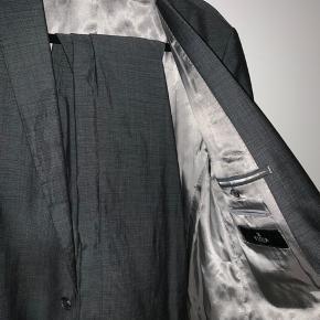 Rigtig pænt jakkesæt, trænger bare til en tur hos et renseri.  Jakke: 52-54 Bukser: 52
