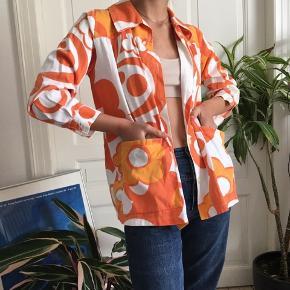 Fed 70'er skjorte med orange blomstermønster. Byd gerne -Tjek min profil ud-