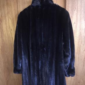 Ægte mørkebrun mink pelsjakke/pelsfrakke i lang model. Passer en str 40-42. Standen er stort set som ny. Afhentes i Ballerup  Mærket er Saga Mink