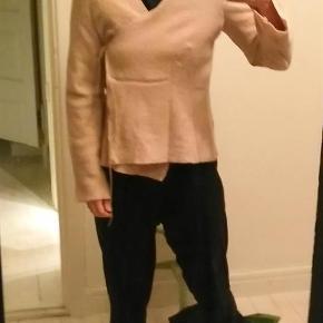 Varetype: jakke cardigan trøje REN ULD Farve: rosa Oprindelig købspris: 1400 kr.  JEG LUKKER ANNONCEN I DET ØJEBLIK VAREN ER SOLGT!  Jeg bytter desværre ikke, ejheller delvist. Prisen er fast og står angivet ovenfor. Vær sød at respektere dette. Evt. fragt tillægges og er angivet nedenfor.  * * * VARE INFO * * *   mål ærmelængde fra armhulen 46 længde fra nakken og ned 59 armhule til armhule 52  materiale 100% uld   Det er mig der agerer model, jeg er 168 høj, jeg er en regulær størrelse small/36  og vejer 58 kg  * * * HANDELS INFO * * * - Ønsker du en TSpay (TRENDSALES HANDEL) tillægges gebyr på 5% den angivne pris og fragt - Ønsker du at HANDLE VIA BANK/MOBILEPAY skriv din mail, så kontakter jeg dig med info - Ønsker du at AFHENTE er du velkommen hos mig på Amager (500 m. fra både Amagerbro og Islandsbrygge metro st.) skriv din mail, så kontakter jeg dig med info, jeg kan KUN mandag - torsdag kl 17-18 - Jeg mødes IKKE ude i byen og handler  * * * FRAGT * * *  - Fragt er angivet som pakke uden omdeling DAO 37kr (afhentet nærmeste DAO kiosk (http://www.dao.as/vores-pakkeshops/)(med 'DAO' forsikring, track and trace)(http://www.dao.as/language/da/) - Fragt pakke uden omdeling 49kr (afhentes på nærmestposthus/postbox)(med 'Postnord' forsikring, track and trace) - Fragt pakke med omdeling 73kr (afhentes på nærmestposthus/postbox)(med 'postnord' forsikring, track and trace) - Fragt som brev post 60kr (uden 'postnord' forsikring)(handler ikke TSpay brevpost uden indleverings attest +14kr)  * * * ØVRIG INFO * * * - Mit hjem er et ikke ryger hjem og jeg holder ikke husdyr.