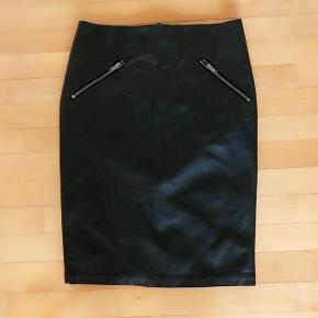 Minimum så lækker læderlook nederdel str 36. Livvidde 78 cm og længde 57 cm