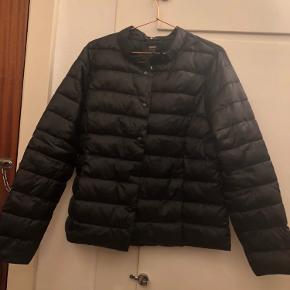 """Lækker overgangs jakke fra ONLY! Købt i sidste måned ( august) brugt to gange så den er så god som ny, intet tegn på brug. Str XL og i sort """"shimmer"""" med lommer."""