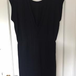 Super flot kjole med fine detaljer i kanterne og flot udringet ryg Har bindebånd i taljen