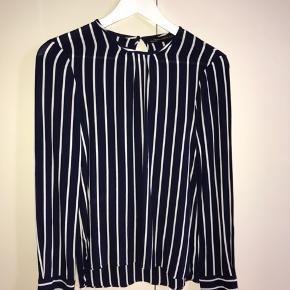 Sælger Zara skjorte, da jeg ikke får den brugt. Ny pris 299kr. Kun brugt 1 gang.