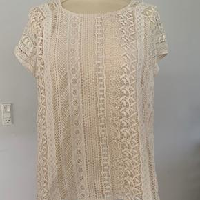 Flot bluse str. M fra Envii. Blusen er i en flot blonde med for under, så den ikke er gennemsigtig. Længde 58 cm. Brystomkreds 102 cm. I meget fin stand. Fra ikke ryger hjem.