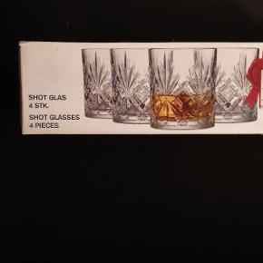 Sælger disse whiskey og øl glas, da jeg ikke får dem brugt. De er aldrig brugt. Pakken er kun åbnet for at se dem. Ny pris på whiskey er 300kr. Ny pris på øl glas er 150kr