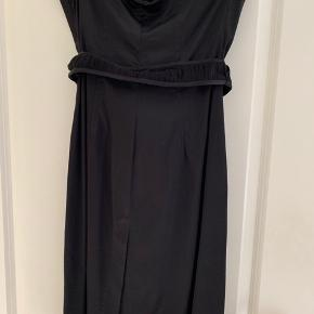 Super smuk enkel kjole med satin look fra Miss Sixty. Kjolen er stropløs og har et fint bælte i taljen. Slids bagpå.  Virkelig smuk.