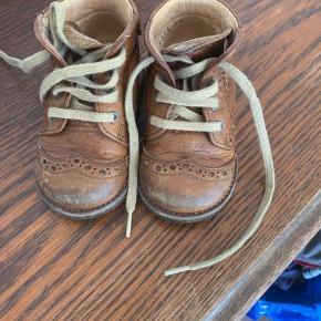 De sødeste begynder sko i læder. Har slid på snuden hvilket er svært at undgå. Kan dog afhjælpes med med en overhaling med læderfedt