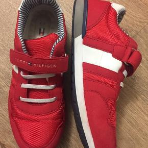 Røde Tommy Hilfiger sneakers sælges.  Brugt få gange, fejler intet.  BYD BYD BYD