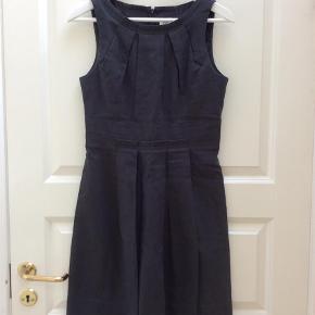 Varetype: Midi Farve: Gråblå  Så fin og velsiddende kjole.