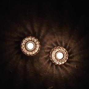 Smukke Holmegaard lysestager, der nærmest spreder lysspiraler i mørket✨✨  Glassene er 10 cm i diameter, og står alle som nye uden skår🌻🌸  De er købt for 199 stykket. Sælges her 2 for 100, 4 for 175😊