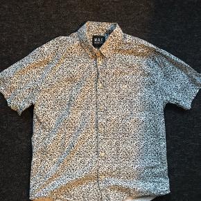 Kortærmet skjorte i str XL. Flot print. Brugt 5-6 gange  Fragt betales af køber