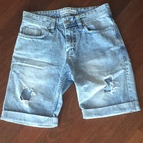 Lækre shorts i str 27 vil tro de svare til en xs til s liv vide 75cm. Bud modtages