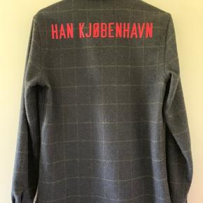 Garden shirt fra Han Kjøbenhavn. Kan også sagtens bruges af piger!  Skjorten står næsten som ny.