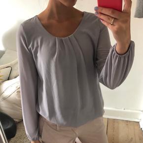 Mega sød bluse, med den fineste ryg! Størrelse S/M *pris er uden fragt - køber betaler fragt* Skriv for flere billeder, eller hvis du har spørgsmål <3