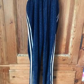 Så fin en buksedragt, der kun sidder samlen på maven (så man lettere kan komme på toilettet). Den er blå med glimmer og med striber på skulder og ben - se sidste foto.